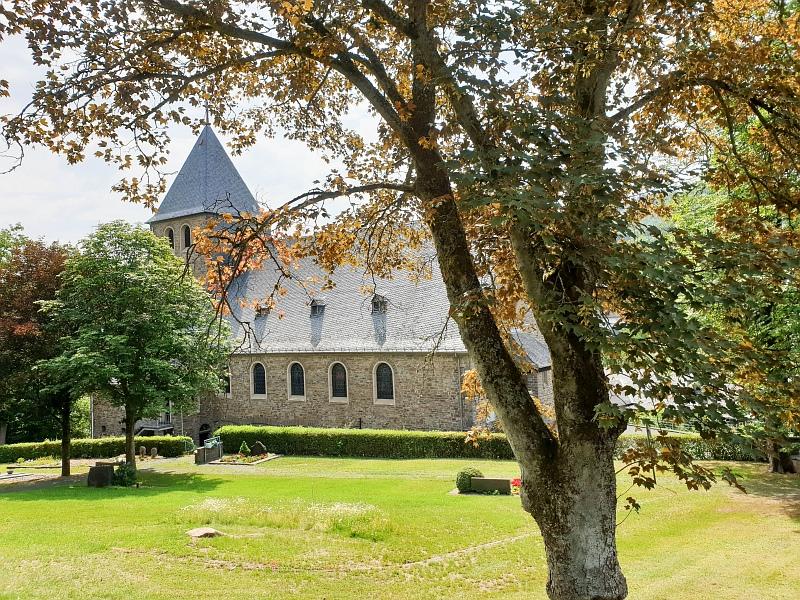 Kirche und Friedhof in Alsdorf